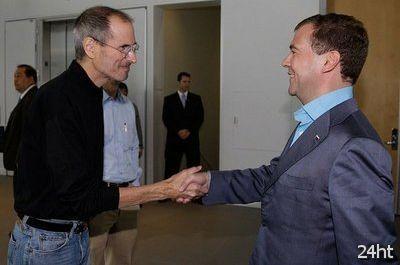 Джобс подарил Медведеву «неправильный» iPhone