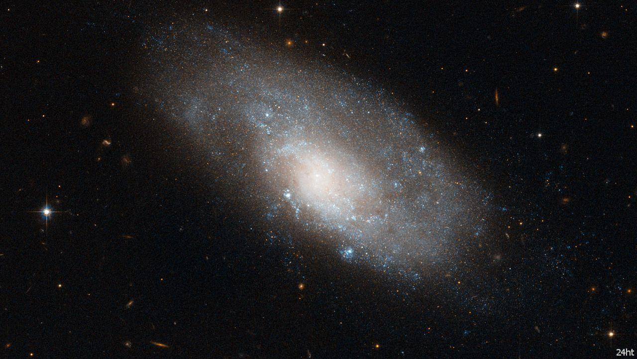 Изображение спиральной галактики NGC 4980 от Хаббла