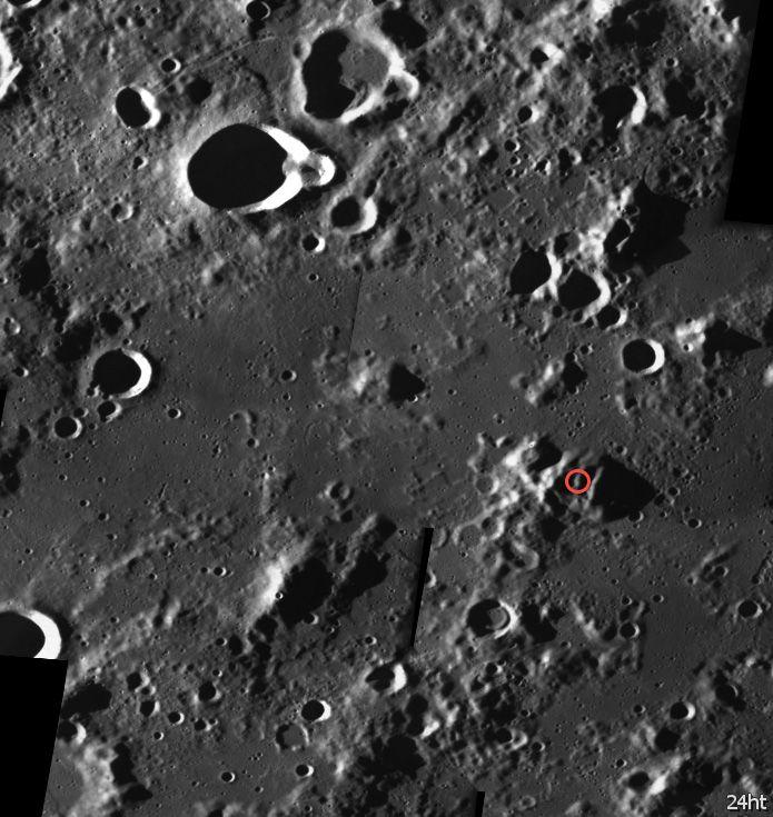 Разбитый спутник на лунной поверхности