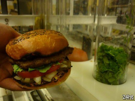 Робот готовит 360 гамбургеров в час