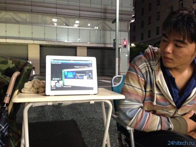 Мужчина занял очередь за новым iPhone 5S (7 фото)