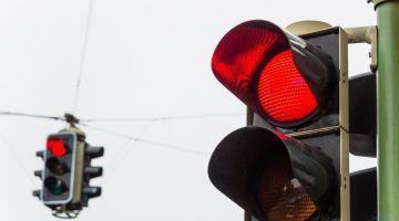 видео | Китайский робот поливает водой пешеходов-нарушителей